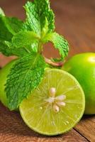limefrukter och mynta foto