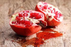 granatäpple, röda saftiga granatäpplen foto