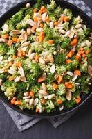 broccoli med jordnötter och morötter närbild vertikalt ovanifrån foto