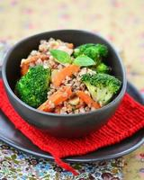 bovete gryn med morotbacon och broccoli foto