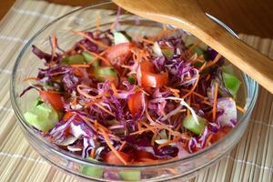 hälsosam grönsaksallad med röd kål i en glasskål foto