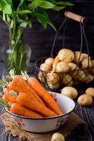 unga potatisar och morötter foto