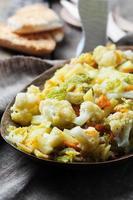kokta friska grönsaker på träbordet foto