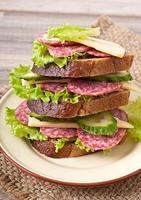 smörgås med ost och köttkorvar foto