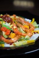 rostade räkor och grönsaker foto