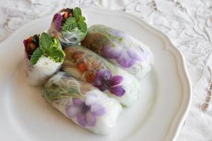 hembakade rispappersrullar med ätliga blommor foto