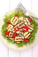grönsakssallad från sallad, zucchini, körsbärstomater och ost. foto