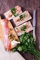 krispigt bacon med färskt bröd på bordet foto