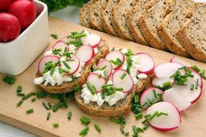 bröd med keso rädisa och gräslök foto