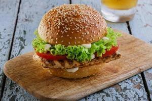 hamburgare med grillad kyckling foto