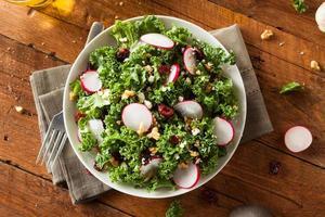 hälsosam rå grönkål och tranbärssallad foto