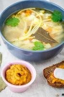 soppa med nudlar foto