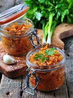 ratatouille av organisk zucchini, lök, morötter och tomater med vitlök foto