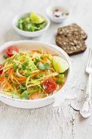 färsk sallad med zucchini och morötter i en vintage platta