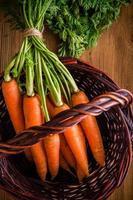 färska morötter gäng i korgen foto