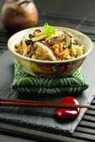 japansk traditionell maträtt gomoku gohan