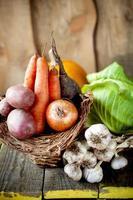 råa grönsaker i en korg foto