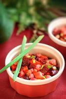 rödbetasalladvinaigrette med grön lök. foto