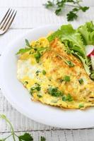 omelett med örter på plattan