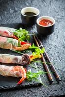 njut av vårrullarna med grönsaker och skaldjur
