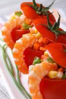 färska röda tomater fyllda med grönsaker och räkor. makro foto