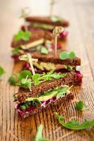betor, avokado och rucola smörgås foto