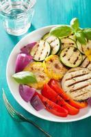 friska grillade grönsaker på plattan foto