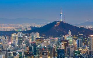 seoultornet har utsikt över en neonbetongjungel i Sydkorea foto