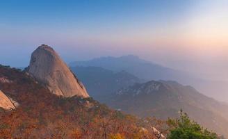 soluppgång av baegundae-toppen, höstsäsong vid bukhansanbergen foto
