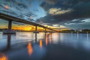 bro vid solnedgången foto
