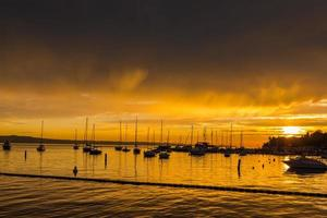 solnedgång och båtar. foto