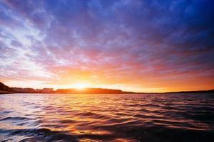 solnedgång över havet foto