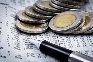 finansiell rapport med mynt foto