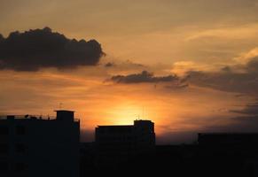 silhuett stadsbild i solnedgången foto
