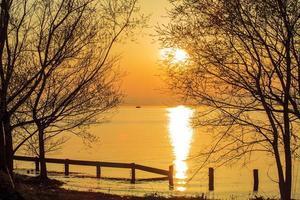 solnedgång bredvid sjön