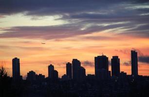 skyskrapor under mörk solnedgång foto
