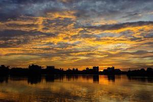 färgglad solnedgång från sjön foto