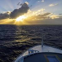 kryssning in i solnedgången foto