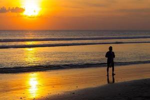 solnedgång vid havet. foto