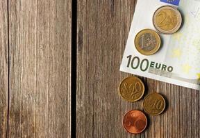 euro pengar över träbakgrund foto