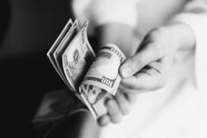 dollar. pengar i händerna foto