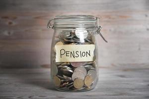 pengar burk med pensionsetikett. foto