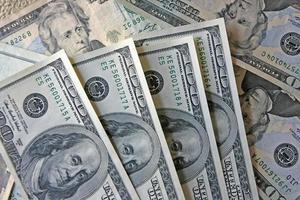 liten hög med amerikanska pengar foto