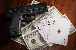 kort med pengar och pistol. foto