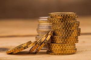 pengar mynt hög på bordet foto