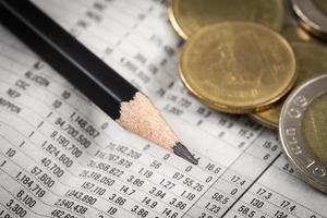 affärsdiagram över finansiell rapport med mynt foto