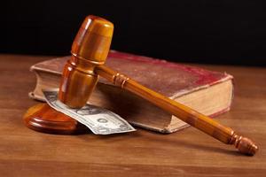domare ordförandeklubba med pengar närbild foto