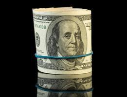 dollarräkningar rullas upp