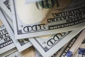 närbild foto av hörn av $ 100 räkningar