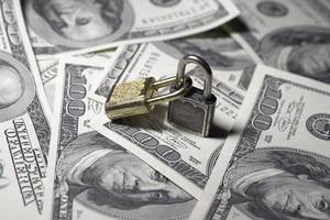två stängda lås med pengar foto